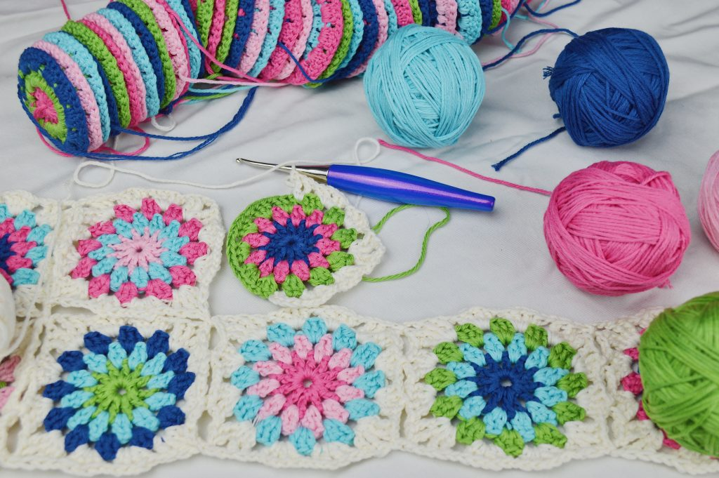 Flowers in the Snow Blanket #flowersinthesnowblanket #squares #circles #grannysquares #tourquiose #green #blue #pink #furls #brownsheepcompany #cottonfleece #crochet #FlowersintheSnow
